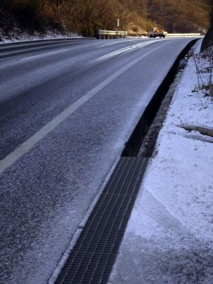 道路が凍結しています