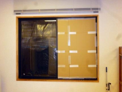 窓の強化ガラスが割れている
